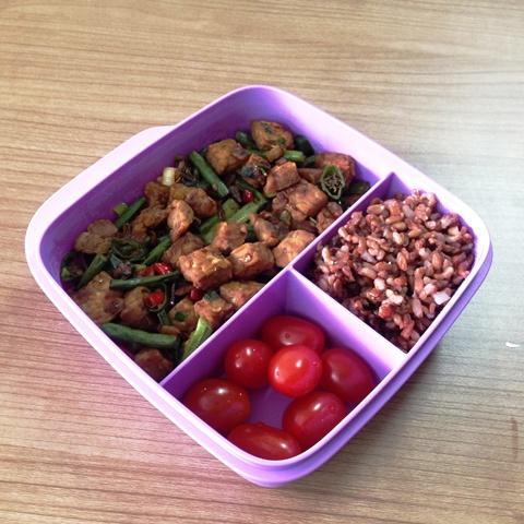 Nasi merah dengan oreg tempe kacang pedas.